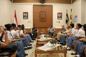 tim paduan suara bertemu dengan gubernur jatim